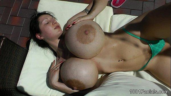 Dando uma gozada na cara da mulher que tem os maiores peitos do mundo