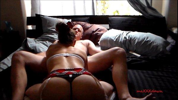 Esposa novinha mamando gostoso a rola do macho