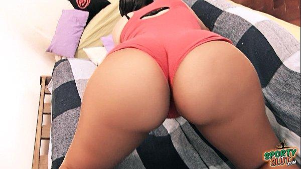 Gostosa da bunda perfeita mostrando suas belas nádegas