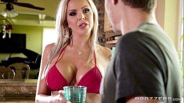 Loira sensual pratica espanhola e tem a buceta linda fodida pelo ator porno