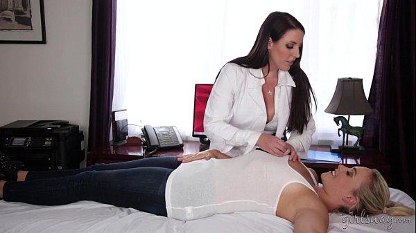 Morena gostosa chupando a buceta da amiga depois de seduzi-la