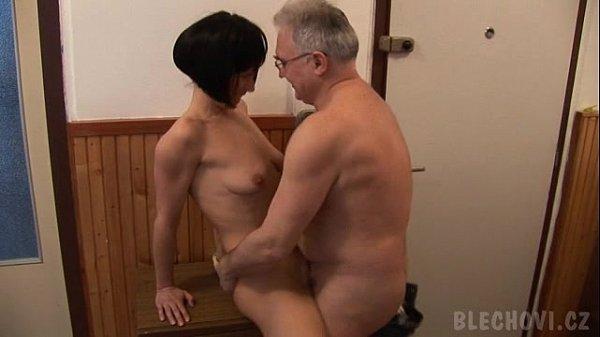 Velho tarado dando um trato na sua esposa safada