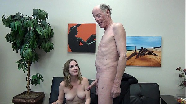 Vidio pornor com velho tarado colocando a novinha para chupar seu pau