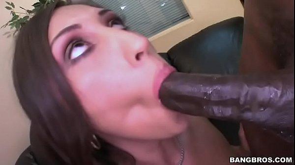 Morena gulosa encarando um pau bem monstruoso em sua boca antes da boa foda de sexo inter-racial