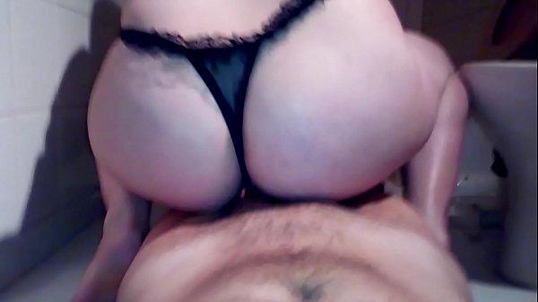 Amadora de lingerie preta fodendo de quatro com macho na cama casal