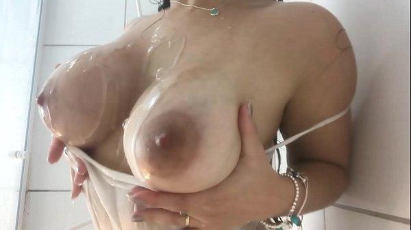 Gostosa fazendo strip no seu banheiro