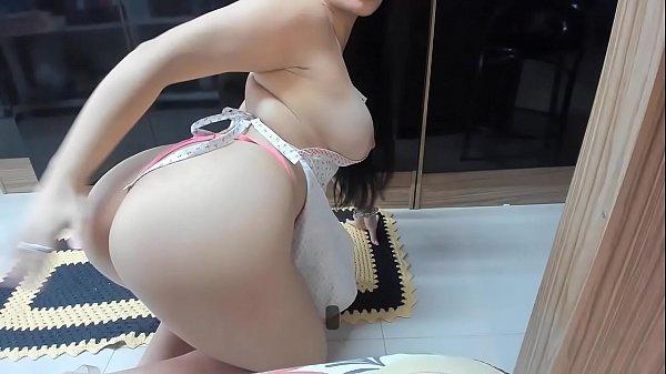 Gostosa se masturbando com plug anal