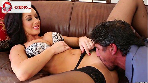Jayden James morena safada e gostosa levando uma boa chupada na buceta em um porno hd