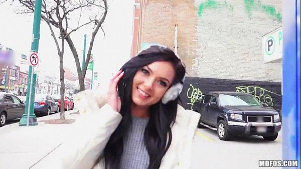Latina safada dona de um sorriso lindo caindo de boca na piroca no melhor do boquete
