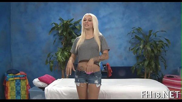 Loira safada chega de shortinho na casa de massagem e fode com tudo com o massagista
