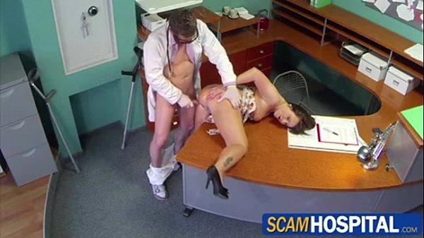 Medico comendo paciente socando rola na coroa