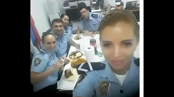 Novinha gostosa mostrando que é uma policial bem boqueteira
