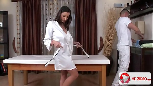 Sexo com o massagista sem vergonha que fode a morena gostosa da porra com tudo em um porno hd