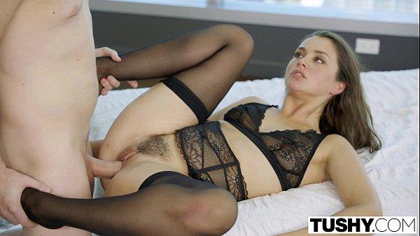 Sexo gostoso com uma morena novinha de lingerie preta que adora dar o rabinho gostoso que ela tem