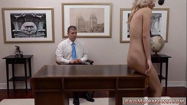 Sexo no escritório com a estágiaria safada dando em cima de seu chefe para conseguir uma boa promoção
