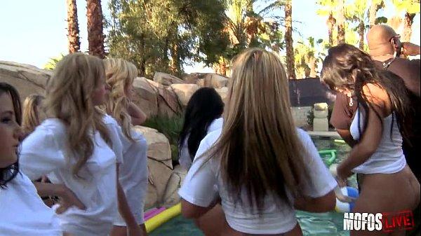 Sexo video gatinhas safadas em uma puta suruba fazendo um porno gratis muito foda na piscina