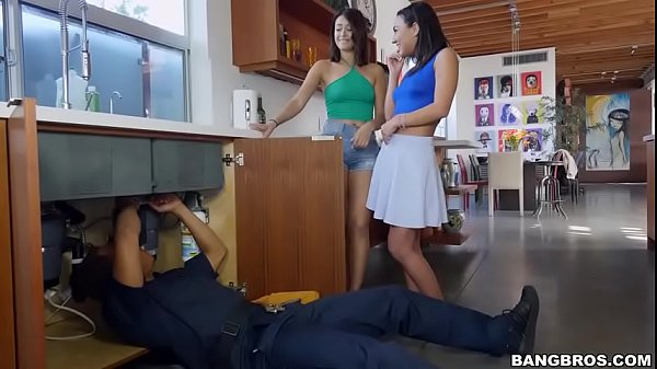 Vídeos eróticos com duas safadas dando em cima do consertador de pia