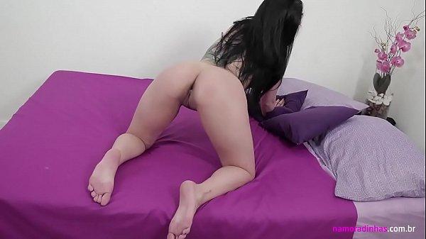 Novinha gostosa se masturbando na frente da web cam no quarto